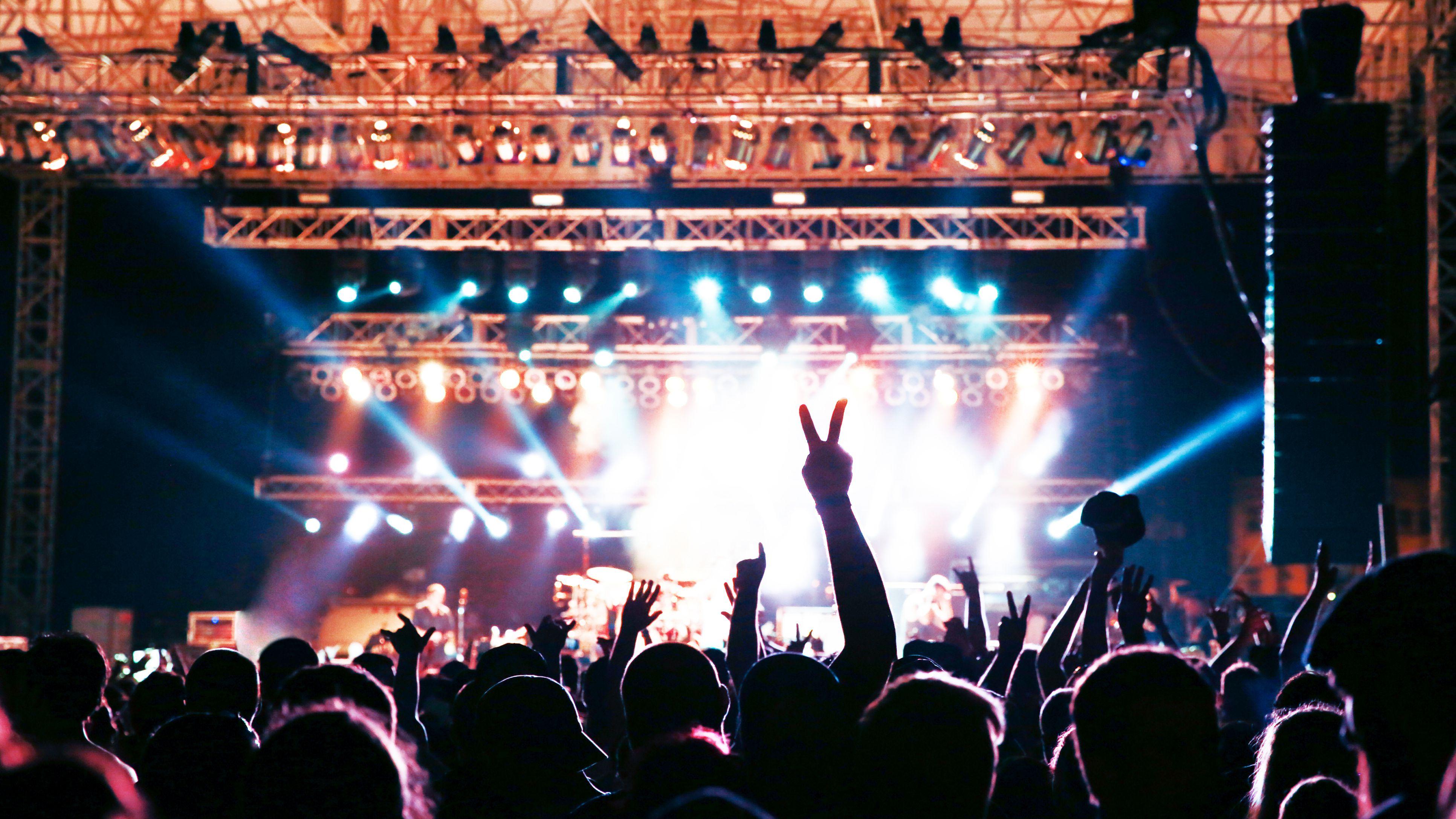 concert-crowd-silhouette-587240081-5b1da0b843a10300360942d9